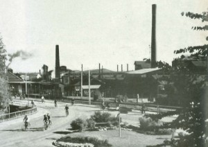Skiftarbetare lämnar Sandvikens Jernverk. Från nattskift till vilskift. Bild från turistbroschyr utgiven 1959.